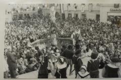 Aufführung des Brunnensprungs beim zweiten Ringtreffen im Jahr 1973. Weitere Narrentreffen fanden 1980, 1990, 2000, 2010 und 2017 statt.