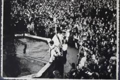 """1949 werden die Brunnenspringer von """"kleinen"""" Brunnenspringern begleitet, die aber nicht in den Brunnen springen."""