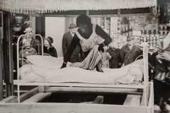 Stammehäuptling 'Negus' - Goldenes Bett mit unvertreuten Entwicklungsgeldern gekauft